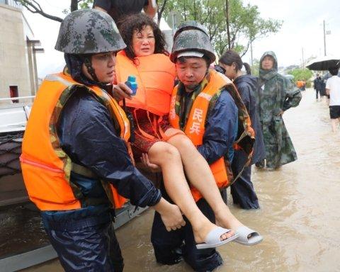 Число жертв тайфуна «Лекима» в Китае резко возросло: кадры разрушительной стихии