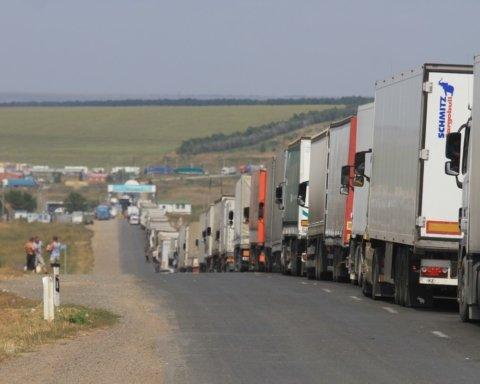 На границе с Венгрией образовались масштабные очереди туристов: что происходит
