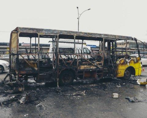 У Києві на Лісовій спалахнула маршрутка у годину пік: фото з місця