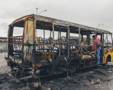 З'явилося відео з місця пожежі маршрутки на Лісовій