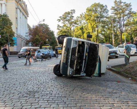 Нетрезвый водитель протаранил маршрутку с пассажирами: кадры с места ДТП
