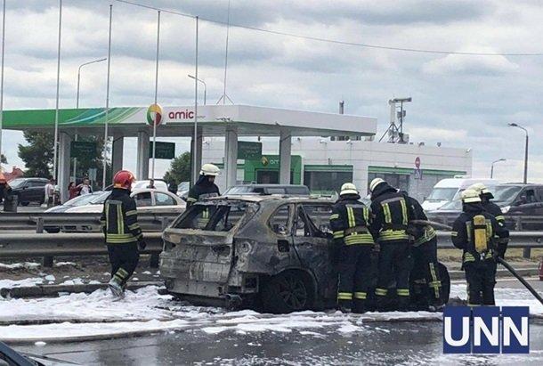 В Киеве на мосту дотла сгорела машина, движение затруднено: фото с места происшествия