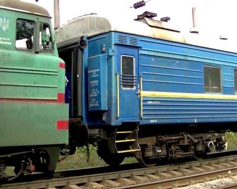 Під Києвом на ходу загорівся вантажний поїзд: фото з місця події