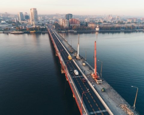 В Дніпрі перекрили новенький міст: він небезпечний для життя