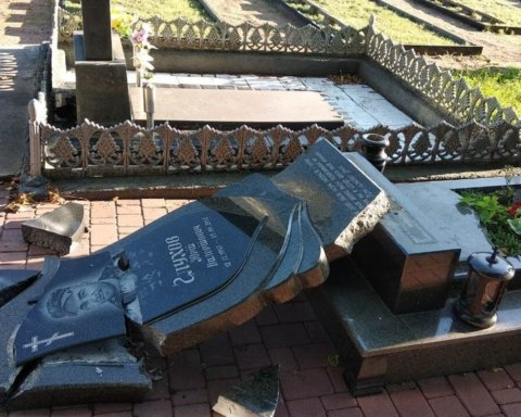 Разрушены памятники АТОвцам: вандалы на Житомирщине устроили погром на кладбище