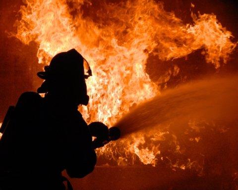 В Києві сталася масштабна пожежа: в багатоповерхівці палають п'ять поверхів