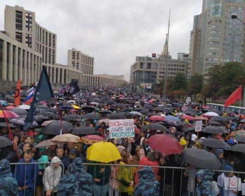Протести в Москві: настрій мітингувальникам не зіпсував навіть дощ