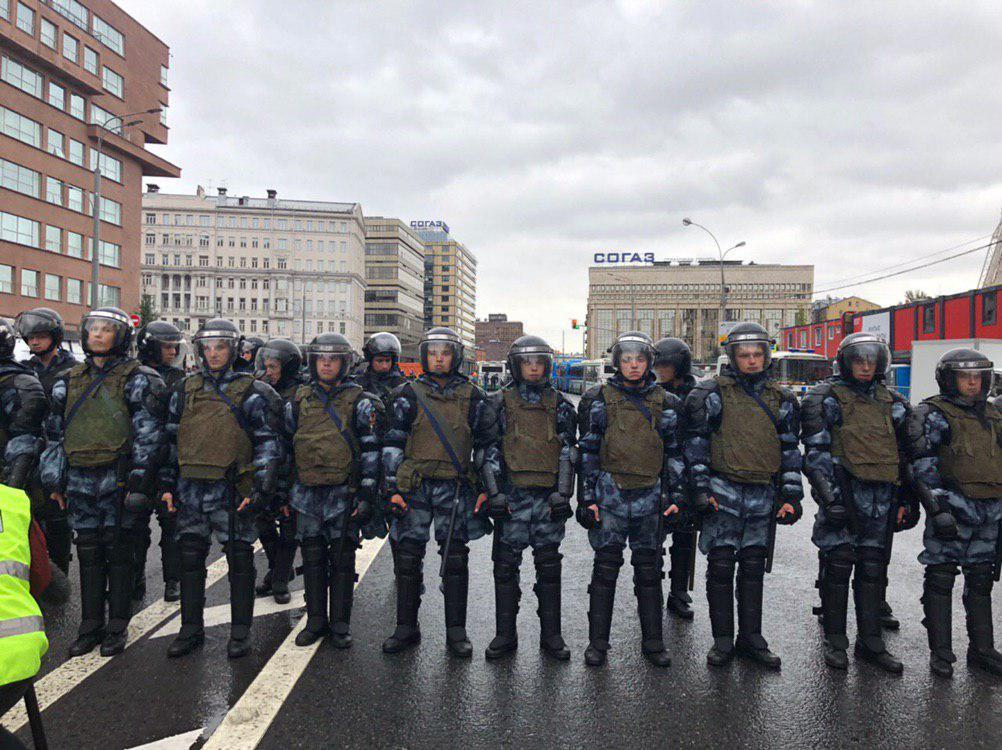 Митинги в Москве: на проспект Сахарова стянулись десятки тысяч москвичей