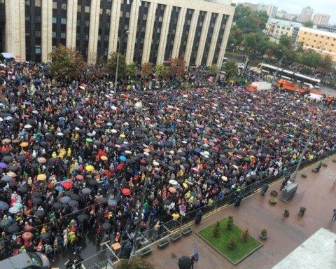 Мітинги в Москві: на проспект Сахарова стягнулися десятки тисяч москвичів