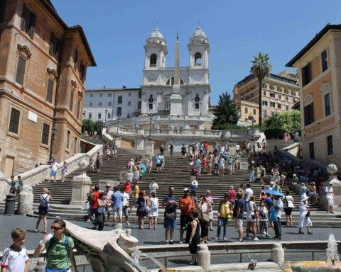 В Риме запретили публично сушить белье на балконе и сидеть на главных ступеньках города