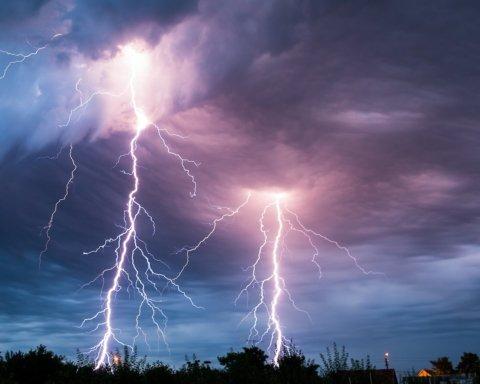 Грозы и штормовой ветер: где в Украине будет плохая погода