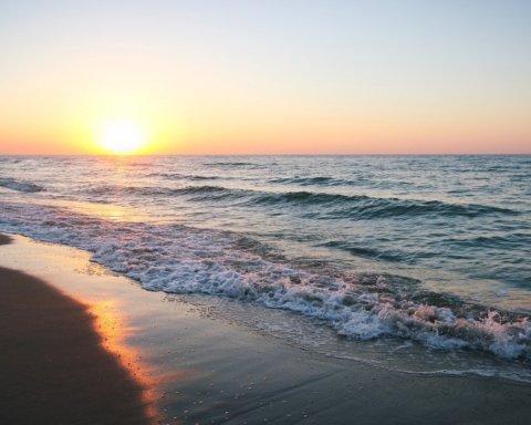 Азовское море «почернело» на популярном украинском курорте: первые подробности