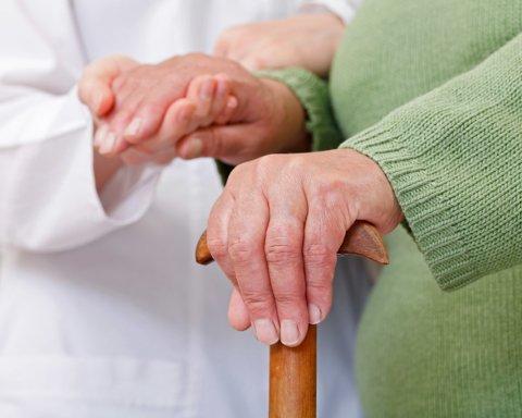 Лікарі розповіли про ранні симптоми хвороби Паркінсона