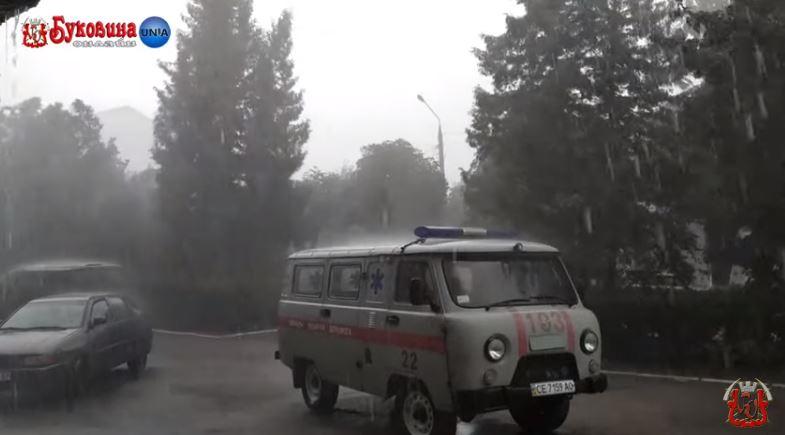 Выбитые стекла и уничтоженный урожай: появились фото последствий непогоды на западе Украины