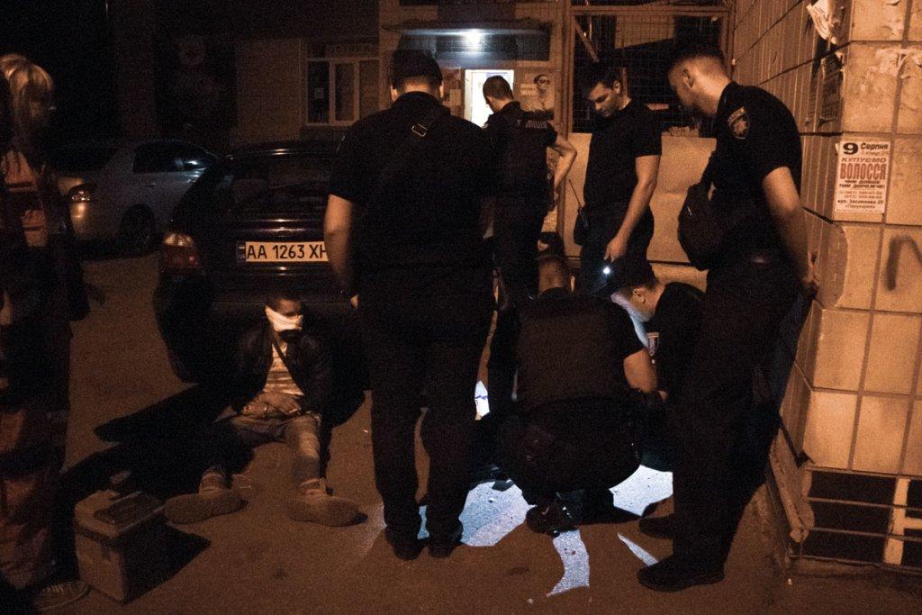 В Киеве в офисе депутата грабителю прострелили лицо