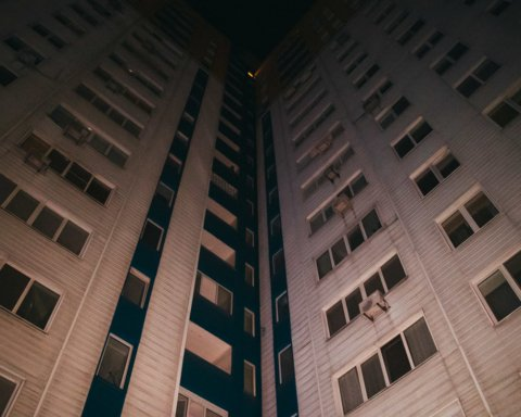 Жуткая трагедия: девушка выпала из окна киевской многоэтажки