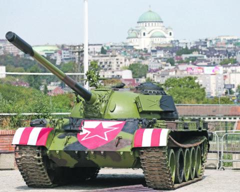 Сербские фаны накануне матча Лиги чемпионов припарковали у стадиона танк