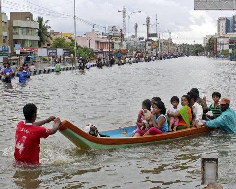Масштабное наводнение в Индии: десятки человек пропали, дома смывает в реку
