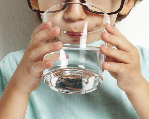 Чому та кому потрібно пити воду натщесерце