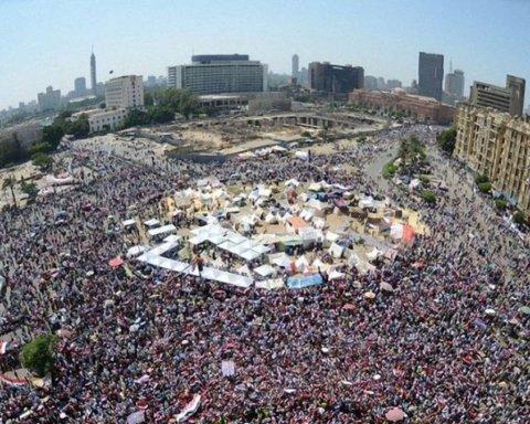 Застосували сльозогінний газ: ще одну країну сколихнули масові протести