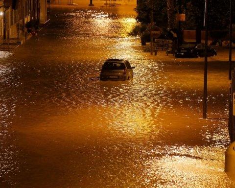 Испанские власти проводят эвакуацию из-за мощных ливней, есть погибшие