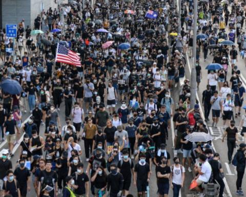 Масові протести в Гонконзі: поліцейські застосували водомети і газ