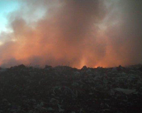 Вонь и дым: под Киевом пылает свалка