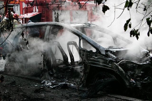 У Києві вщент вигорів електрокар після зарядки