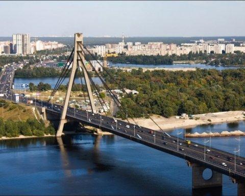 Неадекватный мужчина грозится взорвать мост метро в Киеве: первые подробности