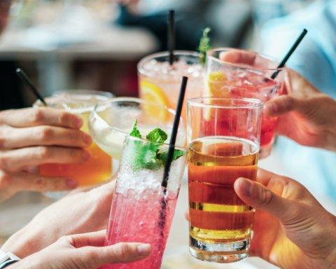 Врачи перечислили продукты и напитки, которые ни в коем случае нельзя употреблять с медикаментами
