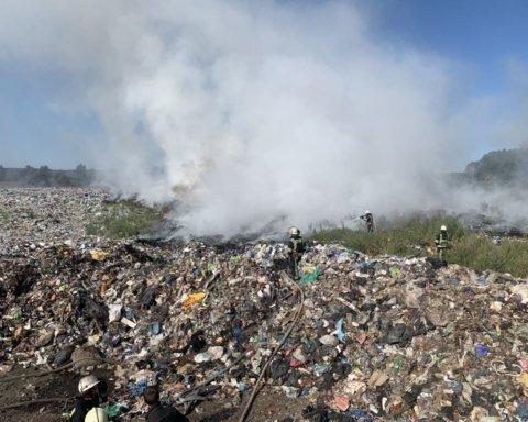 Величезна пожежа трапилась на Київщині: палає сміттєзвалище