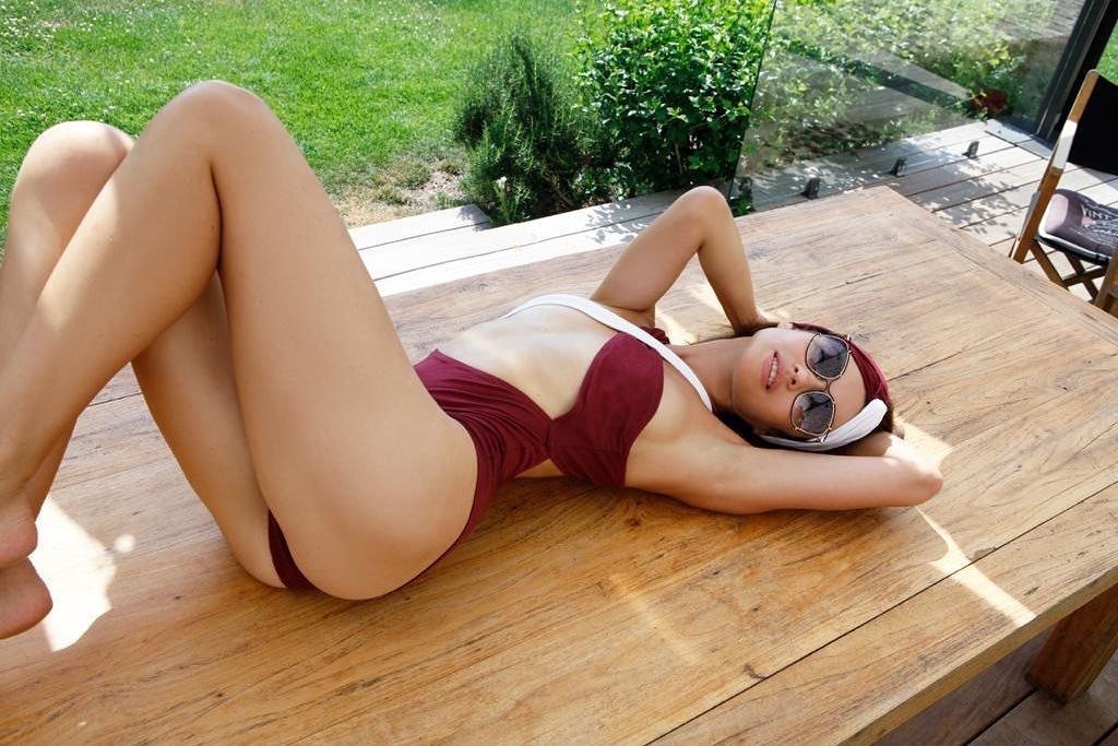 «Украинская» девушка Бонда показала свои прелести на камеру