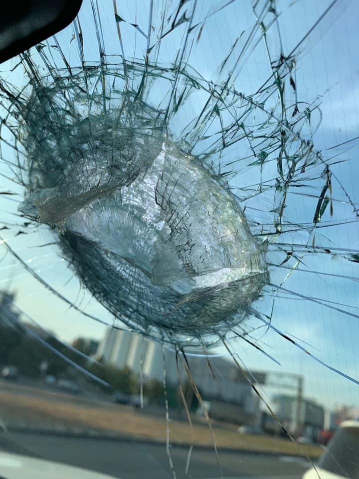 У Києві шматок моста обвалився прямо на автомобіль