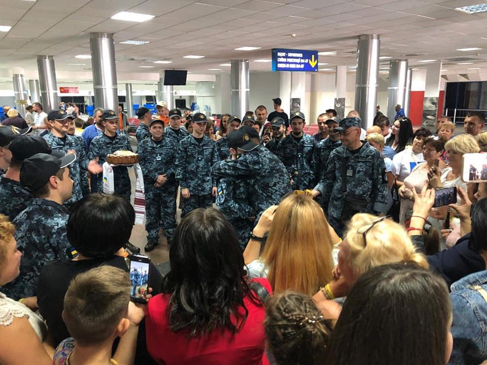 Моряков после прибытия в Украину наградили и повысили в званиях