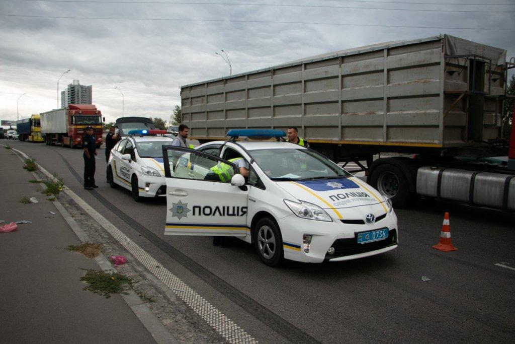 Отбросило на 15 метров: грузовик насмерть сбил велосипедиста в Киеве
