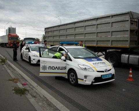Відкинуло на 15 метрів: вантажівка насмерть збила велосипедиста у Києві