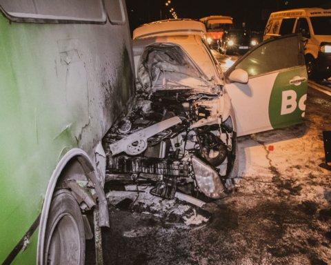 Влетів в автобус та загорівся з пасажиром всередині: в Києві сталася нова ДТП з таксі Bolt
