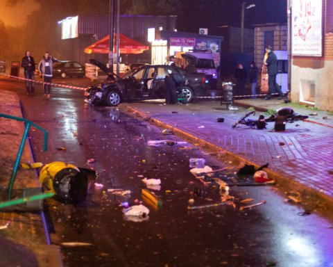 Під Києвом п'яний поліцейський влетів у зупинку з людьми, є загиблі: подробиці та кадри
