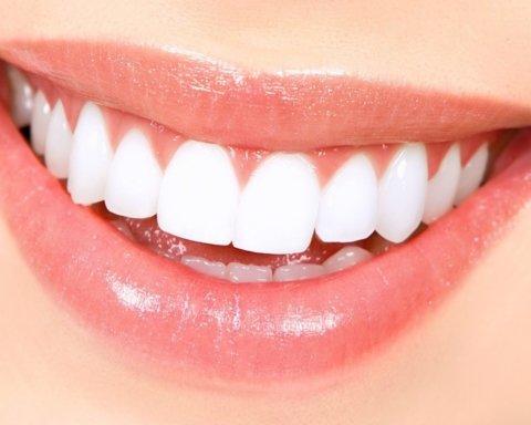 Стоматолог пояснила, через що зуби втрачають первозданну білизну
