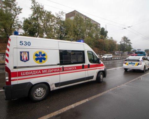 Вылетел с дороги и перевернулся: в Киеве произошло жуткое ДТП с микроавтобусом