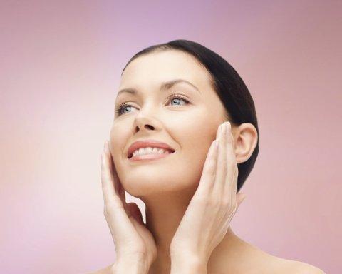 Дерматологи объяснили, почему обязательно нужно смывать макияж на ночь