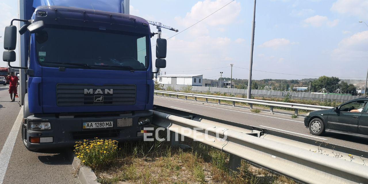У Києві водій помер за кермом вантажівки під час руху: фото з місця ДТП