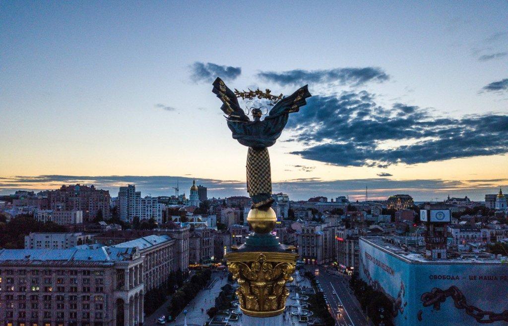 Скандальну надбудову на Майдані почали демонтувати: перші фото