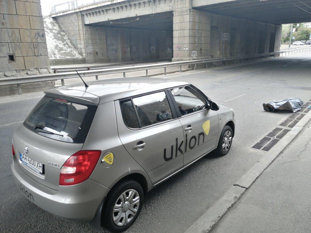 Жахлива смерть: у Києві чоловік впав з залізничного моста під колеса авто