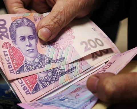 Почти всю зарплату украинцы тратят только на три вещи: статистика