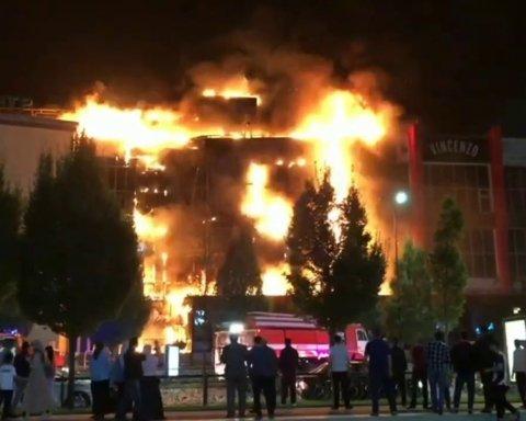 В России сгорел еще один торговый центр: чудовищные кадры