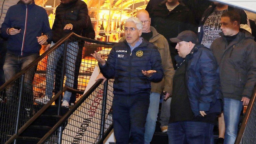 Власника знаменитого футбольного клубу фанати вигнали зі стадіону