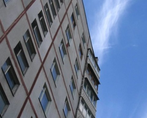 Мати з немовлям випали з вікна висотки у Харкові: деталі трагедії