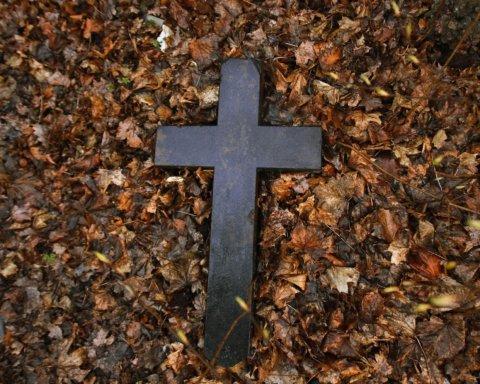 Жил в склепе и носил по городу человеческие черепа: в Николаеве задержали опасного чудака