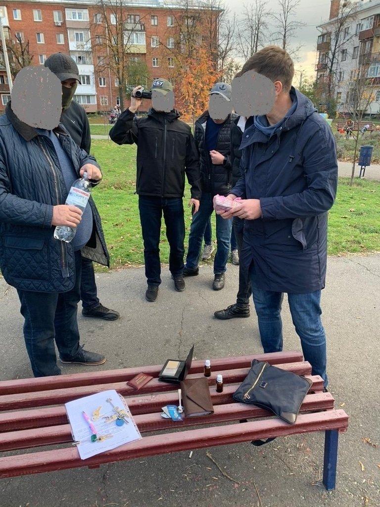 Украинского топ-чиновника поймали на рекордной взятке: все попало на фото